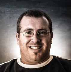 uomo con occhiali sorridente