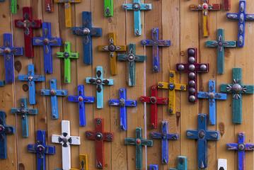 Kreuze auf einem Markt in Taos, USA