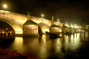 Karlsbrücke in Prag bei Nacht