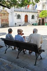 Tres ancianos en un banco, pueblo de Andalucía, España