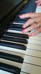 Ältere Frau spielt Klavier
