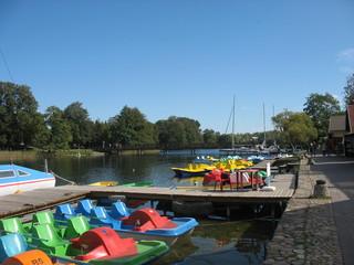 Яркие лодки и водные велосипеды для отдыха на озере