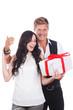 canvas print picture - Glückliches Paar mit Geschenk - Überraschung