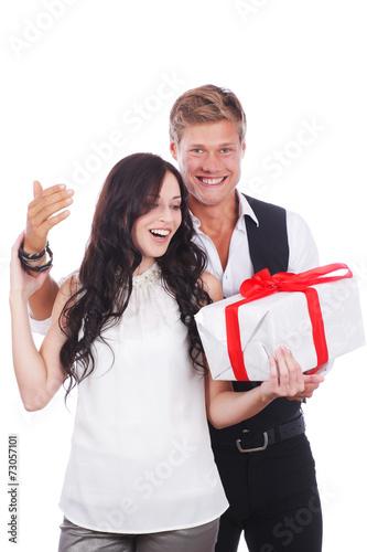 canvas print picture Glückliches Paar mit Geschenk - Überraschung