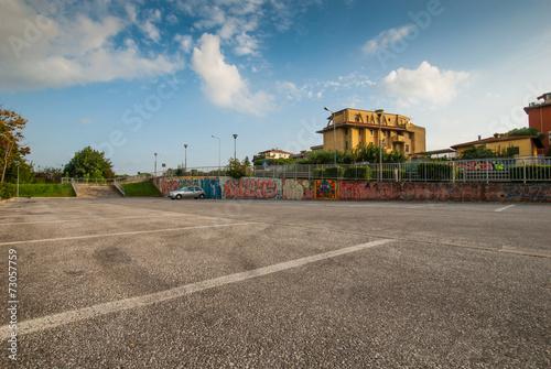 Posteggio auto, parcheggio pubblico, automobili parcheggiate - 73057759