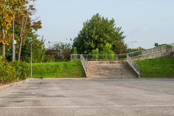 Scalinata vuota e parcheggio pubblico, posteggio