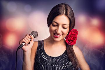 Певица. Портрет красивой женщины с микрофоном.