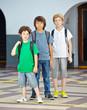 Drei Kinder auf dem Schulhof