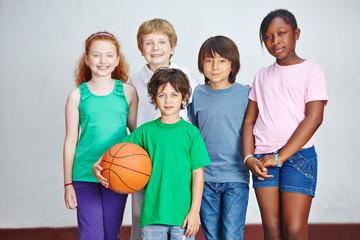 Gruppe von Kindern mit Ball in Schule