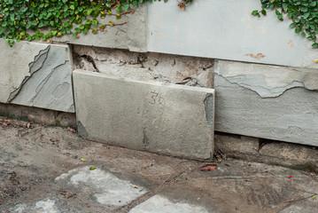 Lastra di pietra staccata dal muro, problema