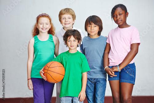 canvas print picture Gruppe von Kindern mit Ball in Schule