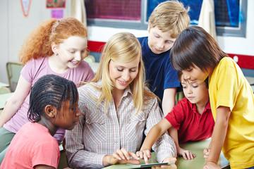 Lehrer und Schüler mit Tablet Computer