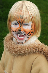 Lachendes Mädchen als Tiger verkleidet