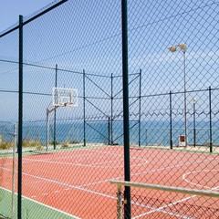 Boisko do koszykówki nad morzem w Hiszpanii