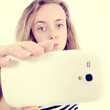jeune fille faisant un selfie