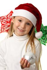 Bambina sorridente con un addobbo per l'albero di Natale