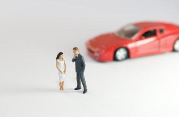 Couple devant une voiture de sport