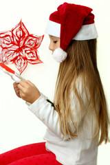 Bambina che legge la lettera a Babbo Natale