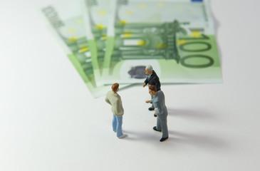 3 hommes devant 3 billets de 100€