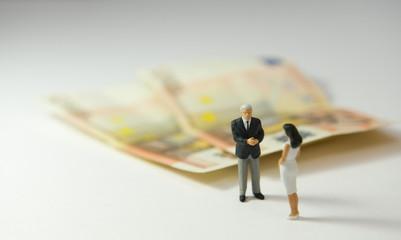 homme et femme devant 2 billets de 50€