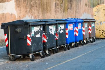 Bidoni della spazzatura, rifiuti riciclare, raccolta
