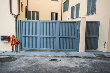 Cancello di ferro, mura, ingresso a palazzo