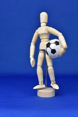 サッカーボールを持つ人形
