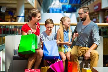 Mutter mit Tochter beim Einkauf im Kaufhaus