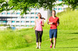 Freunde joggen gemeinsam durch den Park