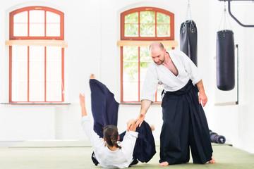 Aikido Sport Lehrer und Schüler trainieren