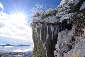 旭光浴びる岩峰