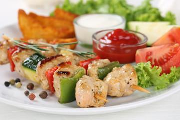 Fleischspieß Gericht mit Kartoffeln, Gemüse und Salat