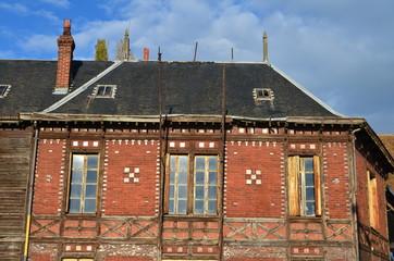 Façade d'un vieux bâtiment en briques