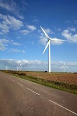 Eoliennes sur la route du Finistère.