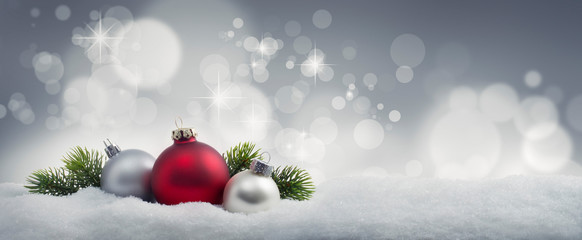 Weihnachtskugeln im Schnee 2
