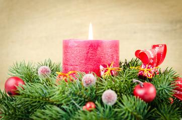 weihnachtsarrangement zum ersten advent in rot