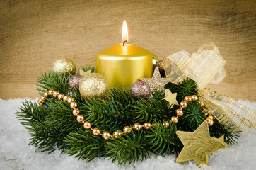adventskranz mit goldener deko