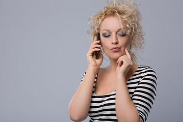 Junge Frau telefoniert mit Freund