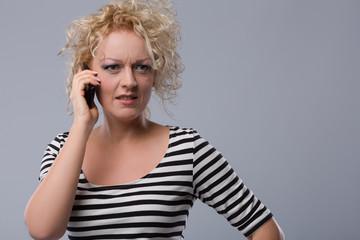 Junge Frau telefoniert mit einer Hotline