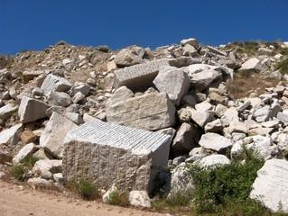 blocchi in cava di granito a cielo aperto