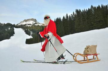 Nikolaus auf Ski mit Schlitten