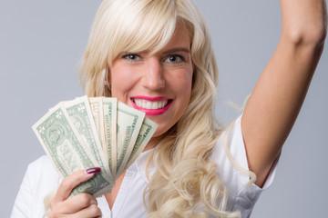 Frau mit Dollarscheinen