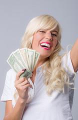 Mädchen mit Geld jubelt