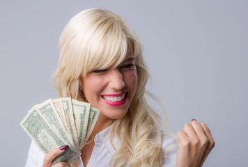 Mädchen mit Geld freut sich