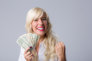 Mädchen freut sich über Geld