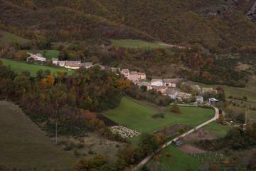 Villaggio di montagna con pecore al pascolo