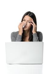 Junge Frau mit Nasenbluten im Büro