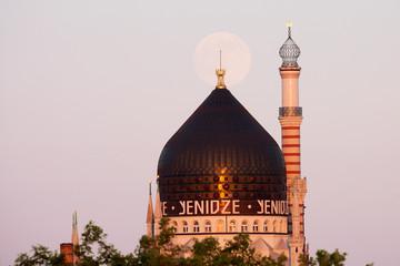 Mondaufgang über der Yenidze in Dresden