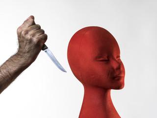 Mano de un hombre atacando con un cuchillo