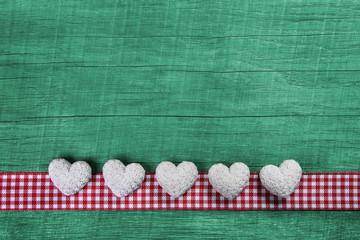 Glückwunschkarte mit Herzen in grün, rot, weiß zum Fest
